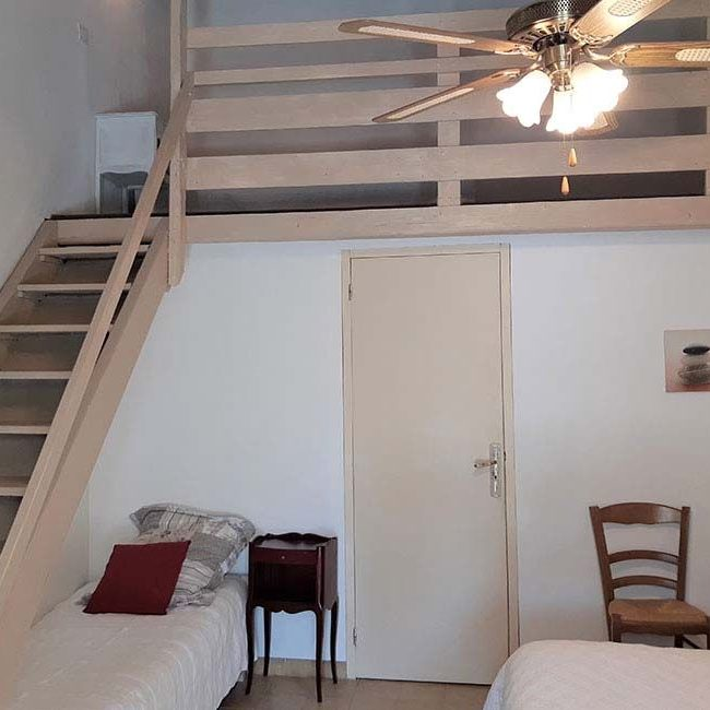escalier mezzanine chambre 650x650 - Familiekamer te huur in Alès | Les Cigales