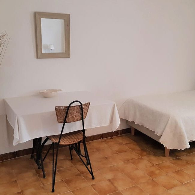 table chambre ales 650x650 - Bed and Breakfast with pool in Alès