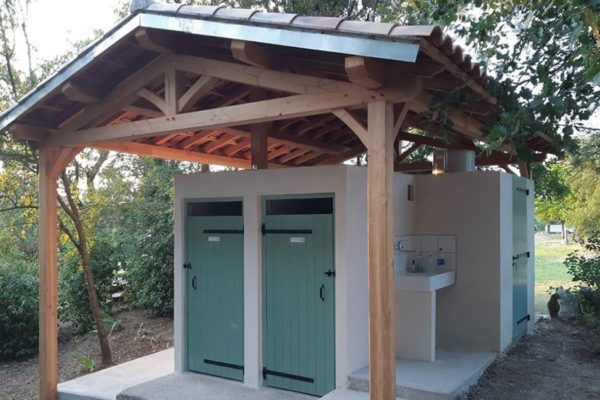 sanitaires camping ferme nature 600x400 - Hebergement insolite | Tente tipi | Glamping Cevennes
